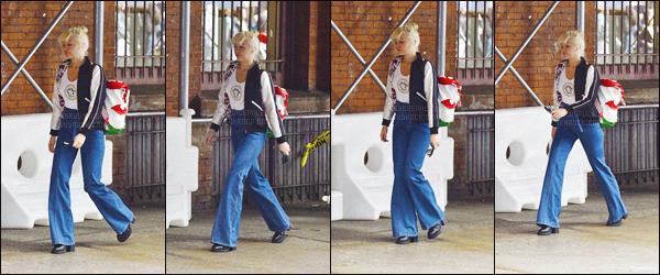 - 29/03/16 - Miley Cyrus, les cheveux dans le vent, a été photographiée dans la rue de  Soho situé à ▬ New-York. Au niveau de la tenue, Queen Cyrus à opté pour un jeans à pattes d'éléphant taille haute, un tee-shirt blanc et d'une veste, gros flop.  -