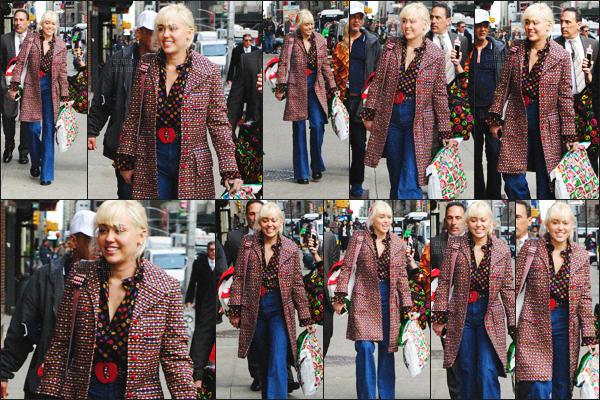 - 30/03/16 - Miley, avec des amis, a été photographiée se dirigeant au théâtre Ed Sullivan situé à ▬ New-York.  Au niveau de la tenue, je n'aime pas beaucoup, sa veste en motif + sa chemise avec des motifs, je trouve que c'est trop, gros flop! Avis?  -
