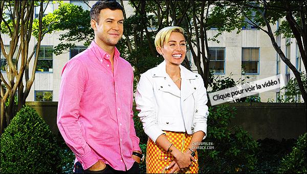 - 01/10/13 : Avec un sourire plus que communicatif, Miley se rendait  aux studios du « Saturday Night Live ». La star aurait tellement sympatisé avec l'équipe du SNL, qu'ils auraient dîné ensemble - après les répétitions dans un restaurant New Yorkais ! -