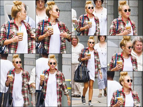 - FLASHBACK ~ 27/07/12 - Miley C. a été photographiée dans les rues de Philadelphie situé à ▬ New-York. Elle était tellement jolie lors de ce candid, et ses vêtements, rien à dire, parfait ! Ce style sur Miley (2012) me manque énormément. -
