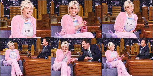 - 16/05/16 - Miley Cyrus a été photographiée sortant d'un hôtel de New-York, se dirigeant au plateau du Tonight Show.C'est auprès de ses fans que l'adorable Miley s'est dirigés pour prendre des photos et signées des autographes avant d'embarquer. Top ou Flop?-