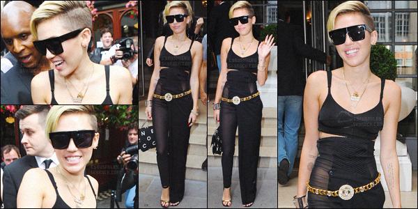 - 11/09/13 - La magnifique Miley Cyrus a été photographiée, avec sa mère sortant de son hôtel situé à ▬ Londres. Miley C' comme à son habitude à prit le temps de saluer la foule de fans qui l'attendait devant l'hôtel. Niveau tenu, je lui accorde un top.  -