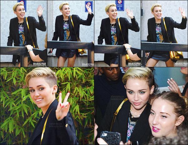 - 18/07/13 - La queen Miley Cyrus a été photographiée seul, arrivant au ITV Studios, studio situé à ▬ Londres. C'est d'un magnifique sourire que M' s'est montré, elle a même pris le temps en sortant du studio, de prendre des photos avec des fans.  -
