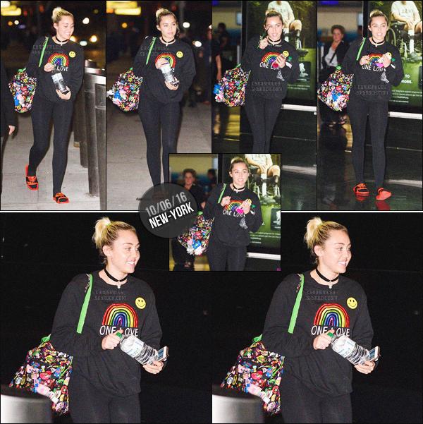 """- 10/06/16 - L'adorable Miley Ray Cyrus a été photographiée seul arrivant à l'aéroport """"JFK"""" de New-York City.Comme à son habitude, Miley s'est montrée très souriante. Ses cheveux ont tellement poussées waw ! Tenue très simple. Top ou Flop?-"""