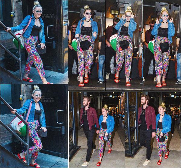 - 14/06/16 - Miley C. et son boyfriend Liam Hemsworth ont été aperçus main dans la main sortant d'un hôtel de N-Y.Miley's bun is back - J'ai un énorme coup de c½ur sur les tenues du couple, mais ce style sur Miley lui vas tellement bien ! Top ou Flop ?-