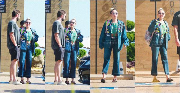 """- 09/07/16 - Miley Cyrus et son boyfriend Liam Hemsworth ont été aperçus sortant du restaurant """"Nobu"""" de L.A.Niveau tenue, c'est original c'est du Miley quoi, j'adore sa veste je la trouve superbe, par contre je n'aime pas du tout son jeans. Top ou Flop ?-"""