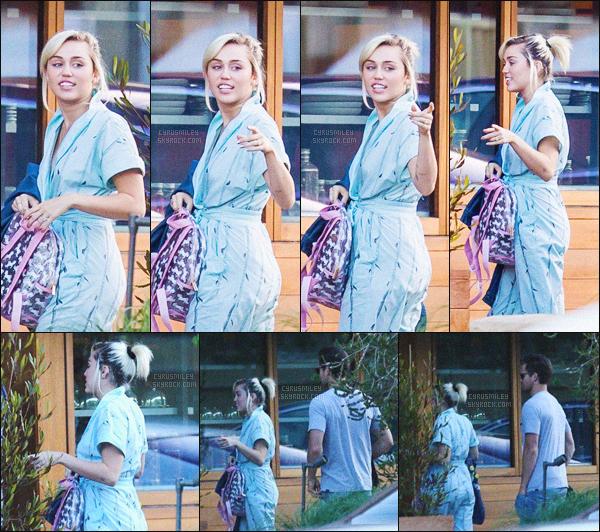 - 04/07/16 - Miley C' et son boyfriend Liam Hemsworth ont été aperçus tout deux en dehors de Malibu (Californie).Niveau tenue, on ne la voit pas trop, mais pour le peu que l'on peut voir, j'aime beaucoup, le retour des queues-de-cheval sur Mil', ça fait bizarre!-