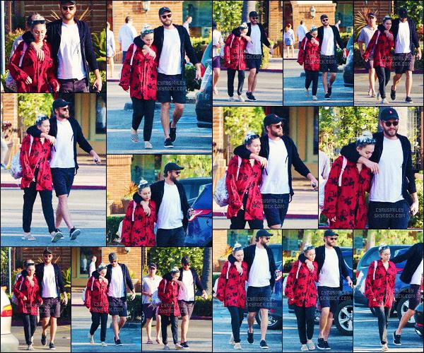 CANDIDS ●●●  19/08/16 - Miley & Liam se baladant dans les rues de Los Angeles.