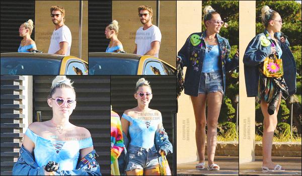 - 05/09/16 - Miley Cyrus et son boyfriend Liam Hemsworth ont été aperçus tout deux dans les rues de Nobu, Miami.Niveau tenue, j'adore la veste de Miley, je la trouve superbe, je veux la même. J'adore aussi ses petite lunettes en forme de c½ur. Top ou Flop ?-