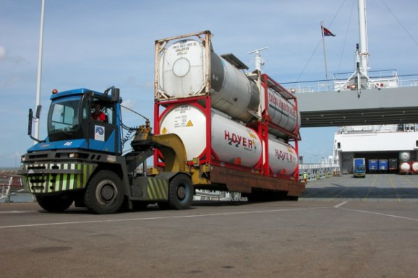 Notre escale a Zéebrugge se poursuit avec les compagnies présentent a Zbrg,  la photo 2 entrée de la gare maritime de Zbrg a droite les voitures a gauche les camions pour Hull et Middlesbrough(GB)
