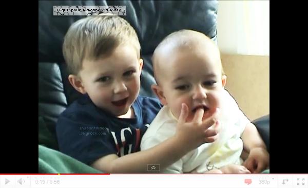 .:Bébé qui mord son frère et qui rit à la suite:.