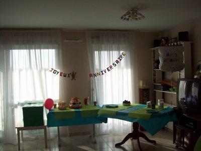la salle avant que les gens arrivent .... ils manquent juste les gâteaux et les crêpes sur la table