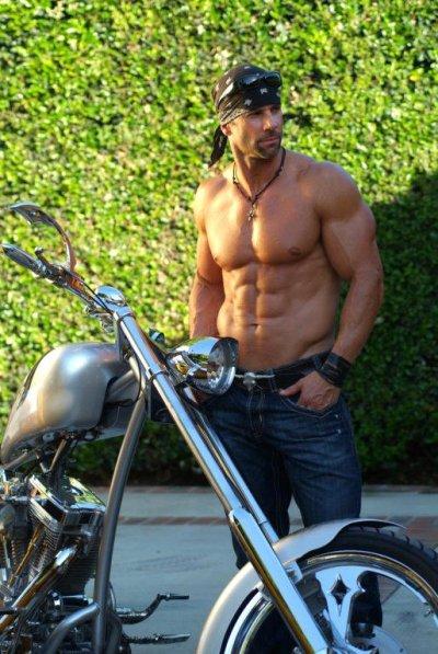 Homme et moto