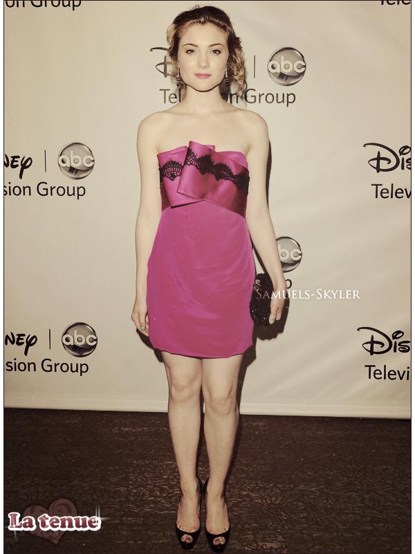 """07.08.11: Skyler s'est rendue à la cérémonie annuelle des Teen Choice Awards 2011 !  C'est vêtue d'une robe bustier rose et chaussée d'une paire de Louboutins que Skyler a défilé sur le blue carpet et a ensuite posé pour les portraits photos. Sky' et The Nine Lives Of Chloe King étaient nominés dans deux catégories: Skyler pour la """"Meilleure révélation TV"""" (""""Breakout Star"""") et TNLOCK pour """"Meilleure nouveauté TV"""" (""""Breakout show"""") ! Malheureusement, Skyler et la série n'ont ramenés aucune planche/award et se sont inclinés face à l'acteur Darren Criss de Glee et à la série The Voice. Que pensez-vous de la tenue de Skyler, de son make-up, de sa coiffure et de Skyler elle-même ? TOP ou FLOP ?"""