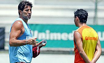 Renato Gaúcho préserve Alex Dias pour la fin du championnat brésilien. (Renato explique ses choix à son ami Alex à la fin de l'entraînement)