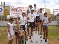 Alex Dias participe à un tournoi de Futevôlei !! (Alex, ici à l'extrême-gauche avec sa compagne Bianca Hiemer et son fils Alex Junior)