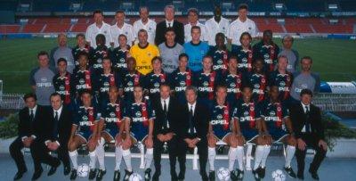 Alex sous le maillot du PSG 2001-2002 (premier rang à côté d'Aloisio)