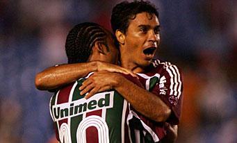 Alex Dias fête son but avec Carlos Alberto.