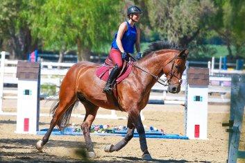 Kaley Cuoco faisant de l'équitation avec son cheval à Simi Valley le 5 septembre