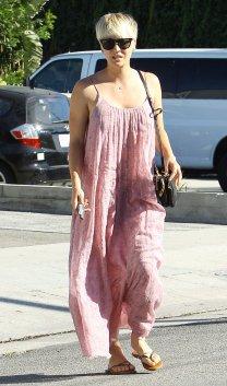 Kaley Cuoco quittant le salon Andy LeCompte à Los Angeles le 15 septembre