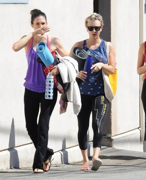Kaley Cuoco quittant un cours de yoga à Sherman Oaks le 29 septembre