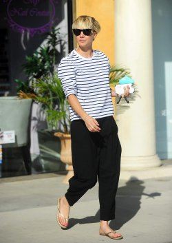 Kaley Cuoco quittant un salon de manucure le 10 octobre à Los Angeles