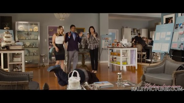 "Kaley Cuoco Screencaps de la bande annonce officielle #2 de ""The Wedding Ringer"""