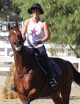 Kaley Cuoco faisant de l'équitation avec son cheval à Los Angeles le 24 octobre