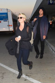 Kaley Cuoco à l'aéroport LAX le 27 octobre