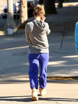 Kaley Cuoco quittant un cours de yoga à CorePower Yoga avec une amie le 3 novembre