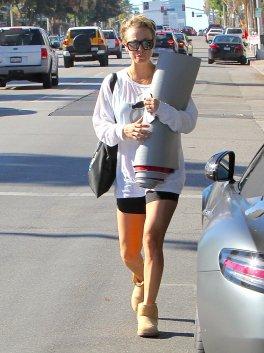 Kaley Cuoco quittant un cours de yoga à Los Angeles le 9 novembre