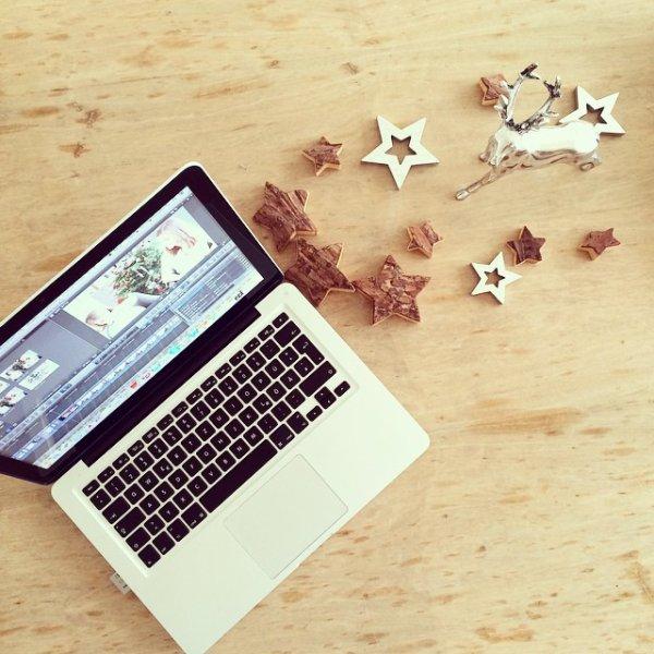 """25/12: Willow Shields a posté une photo sur Instagram avec le message: """"Best Christmas present ever! Vintage record player/tv console!"""""""