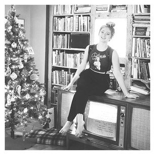 "25/12: Willow Shields a posté une photo sur Instagram avec le message: ""Best Christmas present ever! Vintage record player/tv console!"""