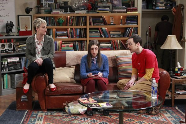 "Kaley Cuoco Stills de ""The Big Bang Theory"" - 8x12  ""The Space Probe Disintegration"""