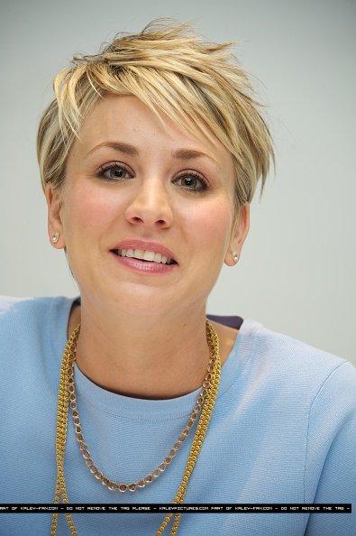 """Le 06/01: Kaley Cuoco était à la Conférence de Presse de """"The Wedding Ringer"""" à l'hôtel des Quatre Saisons"""