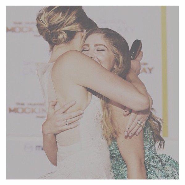 """Il y a 17 heures: Willow Shields a posté une photo sur Instagram avec le message """"#tbt Mockingjay Premiere with Jen"""""""