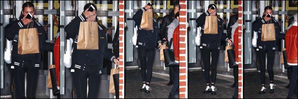 .. 15/11/2017▶ Miss Isabella Hadid a été vue quittant le restaurant italien « Barbuto » - dans New York City ! Bella se cachait des paparazzis avec un sac. Demain notre joli mannequin s'envole direction Shanghai à l'occasion du défilé de Victoria's Secret. Top ? .