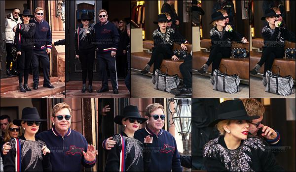24/12/16 -  Lady Gaga et son ami Elton John ont été aperçue dan les rues de Aspen, dans le Colorado.  J'aime beaucoup le rouge à lèvre rouge de miss stéfani ainsi que ses lunettes... Je lui accorde un joli top pour cette tenue toute en noir !
