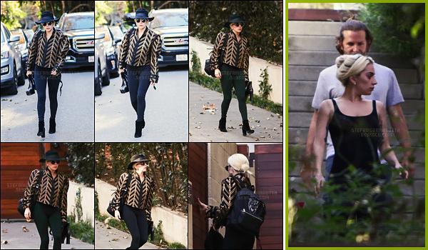 28/12/16 -  Lady Gaga a fait un petit tour chez son ami Bradley Cooper à Brentwood, dans Los Angeles.  Ça faisait quelques temps qu'on avait pas vu Gaga aller rendre visiter à Bradley. Encore une fois, j'aime bien la tenue qu'elle a choisi, TOP.