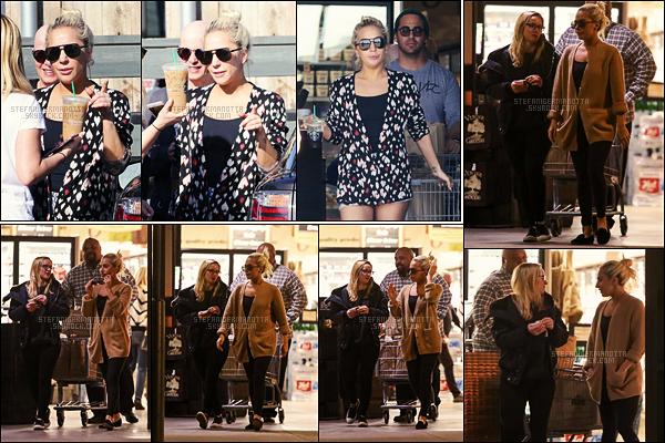 08/01/17 -  La chanteuse Lady Gaga a été aperçue sortant d'un magasin dans la ville de Malibu, - Floride.  Le 07/01 au soir, Gaga a été photographiée sortant d'une épicerie, toujours dans - Malibu. Elle était accompagnée d'amis, un TOP !