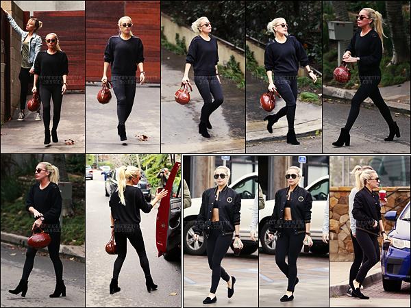 09/01/17 - Lady Gaga a été de nouveau aperçue quittant la résidence de Bradley dans Los Angeles, CA.  Le 13/01, Gaga accompagnée de son amie, ont été vues dans les rues de Malibu. Décidément Gaga ne fait que des allers-retours. TOPS.