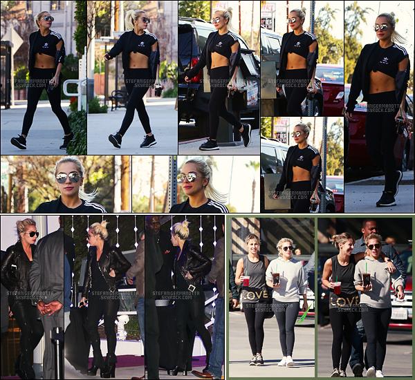 29/01/17 - Lady Gaga a été photographiée à la sortie de son passage chez Starbucks dans - Los Angeles.  Le 28/01, Gaga était au concert de Kings Of Leon à Inglewood. Le 17/01, Gaga était encore vue sortant de chez Starbucks, à Malibu