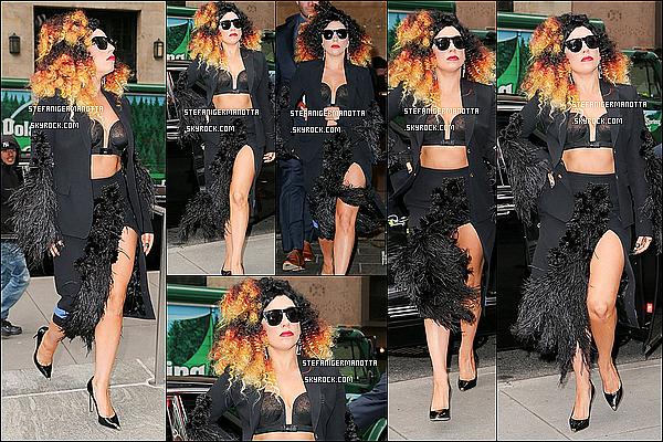 02/12/14 : Lady Gaga a été aperçue entrain de sortir des studios d'Howard Stern situé à New-Y.