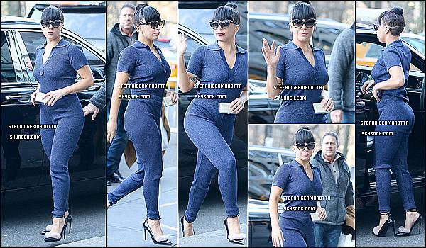04/12/14 : Lady Gaga a été vue se promenant dans les rues de sa ville c'est-à-dire New York.