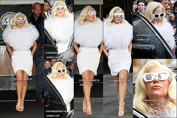 17/12/14 : La popstar Lady Gaga a été photographiée se rendant à son appartement à New York.