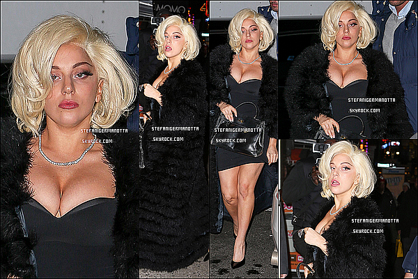 19/12/14 : Lady Gaga a été aperçue quittant son appartement avec sa chienne Asia à New York.