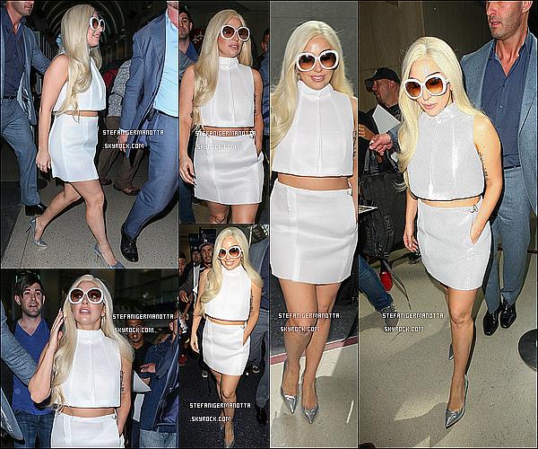17/02/15 : Lady Gaga a été aperçue à l'aéroport JFK de New York pour aller à Los Angeles, CA.