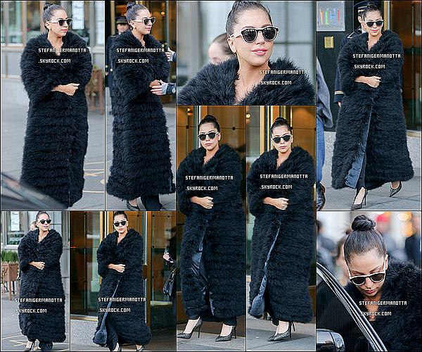 23/01/15 : Dans la journée, Lady Gaga a été vue alors qu'elle quittait son appart' dans New York.