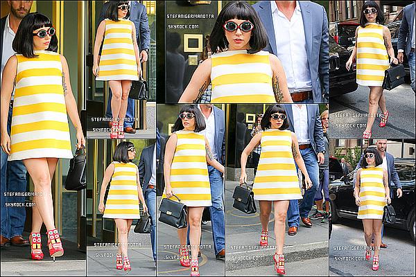 04/05/15 : Lady Gaga a été vue sortant de son appartement pour se rendre au Carlyle Hotel à N-Y.