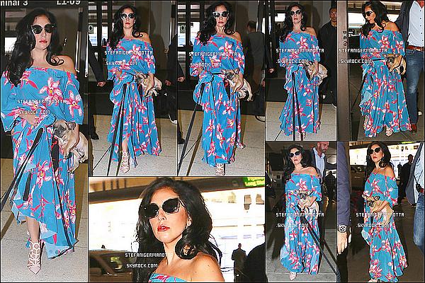 08/05/15 : Lady Gaga était à l'aéroport LAX avec ses deux chiens Asia et Koji à Los Angeles.
